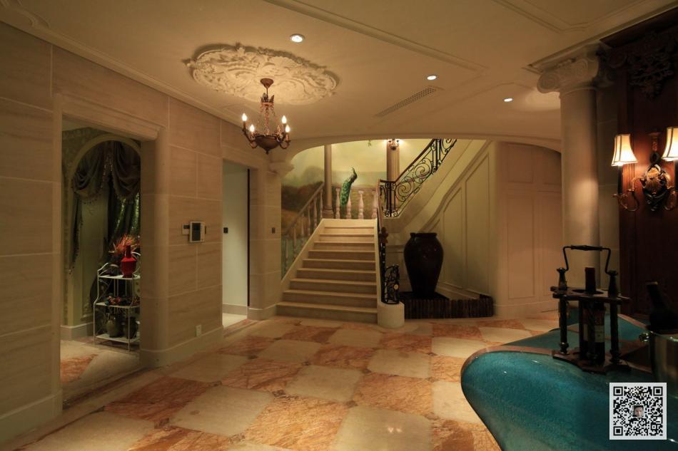 別墅所繪,描繪的是一個旋轉樓梯的墻面,相對于壁紙,壁畫顯得通透且